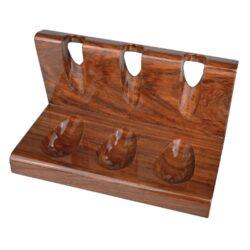 Stojánek na 3 dýmky rovný, leštěný teak-Leštěný dřevěný stojánek na tři dýmky. Precizně zpracovaný stojánek na dýmky je vyrobený z teakového dřeva. Luxusní lesklý povrch je v tmavě hnědém odstínu. Užitečná pomůcka kuřáka dýmky a současně vzhledný doplněk interiéru. Dýmkový stojánek je dodávaný v krabici. Rozměr 19,2x10,7x10,5cm.