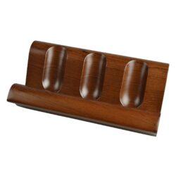 Stojánek na 3 dýmky rovný, ořech-Dřevěný stojánek na tři dýmky. Kvalitně zpracovaný stojánek na dýmky véčkového profilu je vyrobený z ořechové dřeva. Polomatný povrch je v tmavém ořechové odstínu. Praktická pomůcka kuřáka dýmky a současně krásný doplněk interiéru. Dýmkový stojánek je dodávaný v krabici. Rozměr 19,4x6x10,2cm.