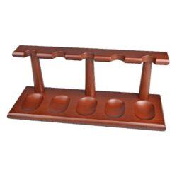 Stojánek na 5 dýmek rovný, hnědý-Dřevěný stojánek na pět dýmek. Kvalitně zpracovaný stojánek na dýmky má matný hladký povrch v tmavším medově hnědém odstínu. Praktický pomocník kuřáka dýmky a současně krásný doplněk interiéru. Dýmkový stojánek je dodávaný v krabici. Rozměr 29,2x110x10,5cm.
