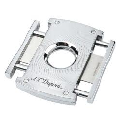 Doutníkový ořezávač S.T. Dupont chrome waves, 21mm-Luxusní ořezávač na doutníky S.T. Dupont. Kovové tělo dvoubřitého ořezávače s lesklým chromovým povrchem a jemným gravírováním je precizně vyrobené z ušlechtilé oceli. Stisknutím bočních tlačítek se čepele uvolní a ořezávač je připraven k použití. Dvojité velmi ostré gilotinové nože, jsou zárukou rychlého a čistého řezu doutníku. Exklusivitu ořezávači dává nejen logo S.T. Dupont na přední straně, ale kvalitně zpracovaný povrch a elegantní vzhled díky leštěnému chromu. Otvor na doutník má průměr 21mm. Rozměry ořezávače: 7x4,5cm . Ořezávač je dodáván v originální krabičce s logem.  a target=_blank href=https://youtu.be/iPpXHzqZP7U3D prezentace produktu/a