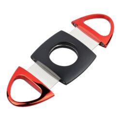 Doutníkový ořezávač Faro černo-červený-Dvoubřitý doutníkový ořezávač Faro. Celokovový oválný ořezávač na doutníky v černočervené kombinaci. Konce ořezávače jsou lesklé oproti polomatnému středu. Ostré břity zajistí rychlý a čistý ořez vašeho doutníku. Ořezávač je dodávaný v dárkové krabičce. Rozměry: 9,2x4,3x0,7cm.