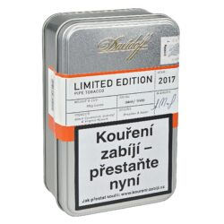 Dýmkový tabák Davidoff Limited Edition 2017, 100g-Kvalitní a oblíbený dýmkový tabák Davidoff Limited Edition 2017 z vybraných tabáků nejvyšší kvality. Limitovaná edice výborné tabákové směsi Davidoff je připravená z kvalitních tabáků z Indie, Bangladéše a dále z orientálních tabáků pocházející z Turecka a Malawi. Směs je doplněna chutově zajímavým Black Cavedishem z Brazílie. Jemná sladší chuť Virginie a příjemná krémová chuť černého Cavendishe spolu s jemným aroma pomeranče, vanilky a whisky, dělá tuto směs skvěle vyváženou a kuřáku dýmky poskytne příjemný zážitek např. při posezení se sklenkou dobrého drinku. Dýmkový tabák Davidoff je balený ve stříbrné plechové dóze s logem. Balení 100g.