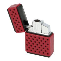 Tryskový zapalovač Maxim Galle-Tryskový zapalovač Maxim Galle. Atraktivní kovový turbo zapalovač má povrch v černém matném provedení kombinovaný s barevnou perforovanou částí z gumy. Po odklopení horního krytu zapalovače a stisknutí tlačítka dojde k zapálení jedné trysky. Ve spodní části zapalovače najdeme plnící ventil plynu a ovládání intenzity plamene. Zapalovač je dodáván v originální dárkové krabičce. Rozměry zapalovače 3,6x5,1x1,5cm. Cena je uvedena za 1 ks. Před odesláním objednávky uveďte číslo barevného provedení do poznámky.