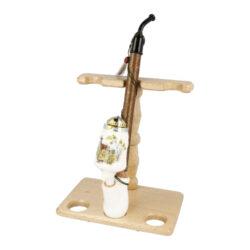 Stojánek na porcelánové dýmky BPK-Dřevěný stojánek na tři porcelánové dýmky. Kvalitně zpracovaný stojánek na krakonošku od známého výrobce dýmek BPK Proseč je ve tmavém provedení. Stojánek je vhodný nejen pro keramické dýmky, ale také pro jiné dlouhé nebo řezané dýmky. Praktický odkládací prostor pro sběratele či kuřáka porcelánové dýmky a současně vzhledný doplněk jeho interiéru. Zobrazená keramická dýmka není součástí dodávky. Vzdálenost opěrného místa stojánku od spodní základny je 17,5cm. Rozměry stojánku 18x20x11,7cm.