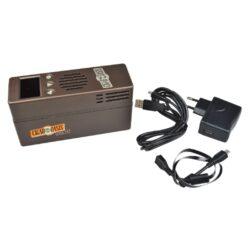 Zvlhčovač elektrický Cigar Oasis Plus 3.0, digitální-Plně automatický digitální zvlhčovač Cigar Oasis Plus 3.0 do humidoru s možností nastavení udržované vlhkosti. Oblíbený elektrický zvlhčovač Cigar Oasis Plus 3.0 je sice velikostí stejný, jako typ Excel 3.0, ale jeho výkon je cca 2,5x větší. Základní rozdíl je ve změně průtoku vzduchu a jiném typu vodního zásobníku. Výkonný zvlhčovač řízený mikroprocesorem je dodávaný s objemově větším vodním zásobníkem, který využívá k absorbování pěnu, která zamezuje vytékání vody. Automatický zvlhčovač Cigar Oasis Plus 3.0 je novinkou této značky v tomto segmentu zvlhčovačů a je určený pro humidory s kapacitou 300 až 1000 doutníků nebo objemem humidoru 0,046 - 0,25 metrů kubických, kterým poskytne konzistentní dlouhodobou kontrolu vlhkosti bez údržby. Doutníky díky výborné cirkulaci vlhkosti není nutné otáčet, jelikož jsou rovnoměrně provlhčené. Zvlhčovač je dodáván s znovunaplnitelnou vodní kazetou (naplněná kazeta vydrží cca 2 měsíce) a automatikou, která po nastavení požadované vlhkosti, tuto vlhkost v humidoru konstantně udržuje. Vodní kazetu je nutné plnit pouze destilovanou vodou. Díky vestavěné technologii Smart Humidor a WIFI modulu, můžete digitální zvlhčovač ovládat z telefonu pomocí aplikace, kterou si stáhnete. Podsvícený displej a ovládací prvky umožní velmi jednoduché nastavení. Na displeji najdete informace o nastavené požadované vlhkosti, o aktuální vlhkosti, teplotě a indikaci docházející destilované vody v zásobníku. Provoz automatického zvlhčovače zajišťuje externí síťové napájení. Obsah balení: zvlhčovač, vodní kazeta, napájecí adaptér, potřebné kabely. Délka délka napájecího kabelu 1,75m. Rozměr zvlhčovač (včetně vodní kazety): 15,5x8,7x5,2cm.