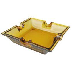 Doutníkový popelník skleněný Amber, 4D-Skleněný doutníkový popelník na 4 doutníky. Čtvercový skleněný popelník je v jantarovém barevném provedení. Popelník na doutníky je precizně vyrobený z kvalitního skla tloušťky 5mm. Popelník je dodávaný v kartonové krabici. Rozměry popelníku: 16x16x4cm.