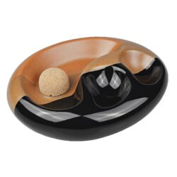 Dýmkový popelník na 2 dýmky keramický černohnědý-Atraktivní dýmkový popelník s odkladem na dvě dýmky. Trojbarevný keramický popelník s povrchem kombinující lesklé a matné provedení je vybavený praktickým korkovým trnem na vyklepání dýmky a prostorem pro odložení. Oválný popelník na dýmku má rozměry 19,2x15,5x5cm. Dýmkový popelník je dodávaný v kartonové krabici a je vyrobený v Itálii.