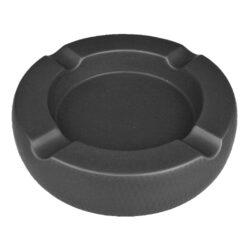 Doutníkový popelník keramický Passatore 4D, černý-Doutníkový popelník na 4 doutníky Passatore. Kulatý keramický popelník v matném černém provedení je po obvodu zdobený jemnou texturou. Masivní popelník na doutníky je na spodní straně vybavený plstěnými protiskluzovými podložkami, které současně zabraňují poškrábání plochy, na které je popelník položený. Šířka odkladového místa pro doutník je 2,1cm. Keramický popelník na doutníky je dodávaný v kartonové krabici. Rozměry popelníku: 20,3x20,3x5,1cm.