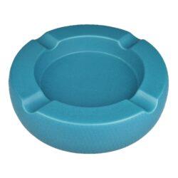 Doutníkový popelník keramický Passatore 4D, modrý-Doutníkový popelník na 4 doutníky Passatore. Kulatý keramický popelník v matném modrém provedení je po obvodu zdobený jemnou texturou. Masivní popelník na doutníky je na spodní straně vybavený plstěnými protiskluzovými podložkami, které současně zabraňují poškrábání plochy, na které je popelník položený. Šířka odkladového místa pro doutník je 2,1cm. Keramický popelník na doutníky je dodávaný v kartonové krabici. Rozměry popelníku: 20,3x20,3x5,1cm.
