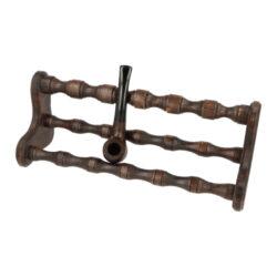 Stojánek na 6 dýmek BPK, dřevěný-Dřevěný stojánek na šest dýmek. Kvalitně zpracovaný stojánek na dýmky od známého výrobce dýmek BPK Proseč má tvar širšího křesla a jeho povrch je v pololesklém provedení. Stojánek nabízíme v různých barevných odstínech. Praktická pomůcka kuřáka dýmky a současně vzhledný doplněk jeho interiéru. Zobrazená dýmka není součástí dodávky. Vzdálenost opěrného místa stojánku od spodní základny je cca 8,5cm. Rozměr 30,5x11,5x10,5cm.