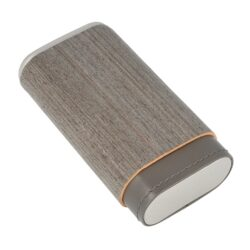 Pouzdro na 3 doutníky Angelo Veneer Wood/Leather, 140mm-Etue - pouzdro na tři doutníky Angelo Veneer Wood/Leather. Pouzdro na doutníky v kombinaci světlého šedého povrchu s kovovými stříbrnými prvky. Uzavírací část pouzdra je celodřevěná z cedru. Kožený prostor pro doutníky je vyložený plátkem cedrového dřeva, který pomáhá doutníky uchovávat v dobré kondici. Vnitřní prostor pojme tři kusy doutníků o průměru 25 mm.  Vnitřní prostor pro doutníky: 60x25x120 - 150mm Vnější rozměry zavřeného pouzdra: 70x35x135mm