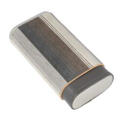 Pouzdro na 3 doutníky Angelo Veneer Wood/Leather Stripes, 140mm-Etue - pouzdro na tři doutníky Angelo Veneer Wood/Leather Stripes. Pouzdro na doutníky s pruhy v různých šedých odstínech doplňují kovové stříbrné prvky. Uzavírací část pouzdra je celodřevěná z cedru. Kožený prostor pro doutníky je vyložený plátkem cedrového dřeva, který pomáhá doutníky uchovávat v dobré kondici. Vnitřní prostor pojme tři kusy doutníků o průměru 25 mm.  Vnitřní prostor pro doutníky: 60x25x120 - 150mm Vnější rozměry zavřeného pouzdra: 70x35x140mm
