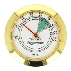 Vlhkoměr kulatý zlatý, 37mm-Standardní analogový vlhkoměr do humidoru. Vhodný do menších a středních humidorů. Kulatý vlhkoměr s lesklým zlatým povrchem se uchytí vložením do otvoru v humidoru. Vnější průměr: 37 mm Vnitřní průměr pro vložení s těsněním/bez: 35 mm/ 32,5 mm
