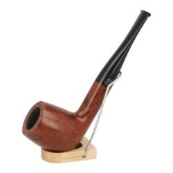 Dýmka Jirsa Petit II, filtr 9mm-Dýmka Jirsa Petit s filtrem 9 mm. Precizně zpracovaná brierová dýmka od známého výrobce dýmek Oldřicha Jirsy je kvalitně vyrobená z pečlivě vybraného briarového dřeva. Rovná dýmka je ve hnědém odstínu s méně výraznou kresbou. Hladká hlava dýmky je v lesklém provedení, černý akrylátový náustek taktéž. Každá Jirsovka je zdobená na horní a spodní straně známým logem Jirsa, podle kterého jasně dýmku identifikujeme. Dýmky Jirsa Petit jsou zabalené do látkového pytlíku. Filtr a vyobrazený stojánek není součástí balení dýmky.  Filtr do dýmky: 9 mm Délka dýmky: 152 mm Výška hlavy: 49 mm Šířka hlavy: 38 mm Průměr tabákové komory: 21 mm Hloubka tabákové komory: 37 mm Hmotnost dýmky: 43 g Druh dýmky dle materiálu: dýmka briár