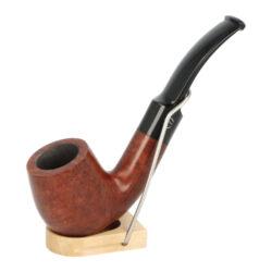 Dýmka Jirsa Petit IX, filtr 9mm-Dýmka Jirsa Petit s filtrem 9 mm. Precizně zpracovaná brierová dýmka od známého výrobce dýmek Oldřicha Jirsy je kvalitně vyrobená z pečlivě vybraného briarového dřeva. Zahnutá dýmka je ve tmavším hnědém odstínu s jemnou kresbou. Hladká hlava dýmky je v lesklém provedení, černý akrylátový náustek taktéž. Každá Jirsovka je zdobená na boční a spodní straně známým logem Jirsa, podle kterého jasně dýmku identifikujeme. Dýmky Jirsa Petit jsou zabalené do látkového pytlíku. Filtr a vyobrazený stojánek není součástí balení dýmky.  Filtr do dýmky: 9 mm Délka dýmky: 132 mm Výška hlavy: 46 mm Šířka hlavy: 36 mm Průměr tabákové komory: 21 mm Hloubka tabákové komory: 34 mm Hmotnost dýmky: 41 g Druh dýmky dle materiálu: dýmka briár