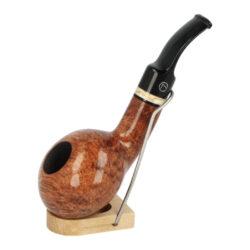 Dýmka Jirsa Supreme I, filtr 9mm-Dýmka Jirsa Supreme s filtrem 9 mm. Kvalitní a precizně zpracovaná brierová dýmka od známého výrobce dýmek Oldřicha Jirsy je vyrobená z pečlivě vybraného briarového dřeva. Mírně prohnutá dýmka je ve hnědém odstínu s výraznější kresbou. Hladká hlava dýmky je v lesklém provedení, černý akrylátový náustek taktéž. Atraktivní vzhled dýmky ještě více zvýrazňují ozdobné kroužky. Každá Jirsovka je zdobená na horní a spodní straně známým logem Jirsa, podle kterého jasně dýmku identifikujeme. Dýmky Jirsa jsou zabalené do látkového pytlíku a dodávány v originální dárkové krabičce Jirsa. Filtr a vyobrazený stojánek není součástí balení dýmky.  Filtr do dýmky: 9mm Délka dýmky: 135mm Výška hlavy: 39mm Šířka hlavy: 54mm Průměr tabákové komory: 21mm Hloubka tabákové komory: 29mm Hmotnost dýmky: 61g Druh dýmky dle materiálu: dýmka briár