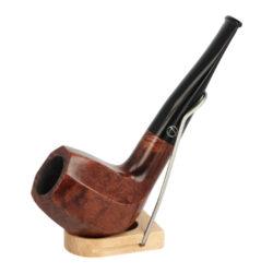Dýmka Jirsa Premia VI, filtr 9mm-Dýmka Jirsa Premia s filtrem 9 mm. Kvalitní a precizně zpracovaná brierová dýmka od známého výrobce dýmek Oldřicha Jirsy je vyrobená z pečlivě vybraného briarového dřeva. Rovná dýmka je ve hnědém odstínu s výraznou kresbou. Hladká hlava dýmky ve tvaru osmihranu je v lesklém provedení, černý akrylátový náustek taktéž. Každá Jirsovka je zdobená na horní a spodní straně známým logem Jirsa, podle kterého jasně dýmku identifikujeme. Dýmky Jirsa jsou zabalené do látkového pytlíku a dodávány v originální dárkové krabičce Jirsa. Filtr a vyobrazený stojánek není součástí balení dýmky.  Filtr do dýmky: 9mm Délka dýmky: 132mm Výška hlavy: 49mm Šířka hlavy: 38mm Průměr tabákové komory: 21mm Hloubka tabákové komory: 36mm Hmotnost dýmky: 44g Druh dýmky dle materiálu: dýmka briár