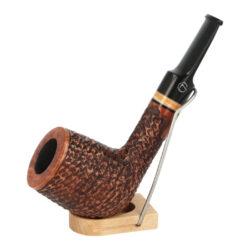 Dýmka Jirsa Rusty X, filtr 9mm-Dýmka Jirsa Rusty s filtrem 9 mm. Precizně zpracovaná brierová dýmka od známého výrobce dýmek Oldřicha Jirsy je kvalitně vyrobená z pečlivě vybraného briarového dřeva. Rovná dýmka je ve hnědém rustikálním provedení s jemnou kresbou. Právě díky jejímu hrubému designu jsou obecně známy jako dýmky rustik. Texturovaná hlava dýmky je pololesklá, černý akrylátový náustek lesklý. Atraktivní vzhled dýmky ještě více zvýrazňují ozdobné kroužky. Každá Jirsovka je zdobená na horní a spodní straně známým logem Jirsa, podle kterého jasně dýmku identifikujeme. Dýmky Jirsa jsou zabalené do látkového pytlíku a dodávány v originální dárkové krabičce Jirsa. Filtr a vyobrazený stojánek není součástí balení dýmky.  Filtr do dýmky: 9mm Délka dýmky: 137mm Výška hlavy: 54mm Šířka hlavy: 42mm Průměr tabákové komory: 21mm Hloubka tabákové komory: 41mm Hmotnost dýmky: 50g Druh dýmky dle materiálu: dýmka briár
