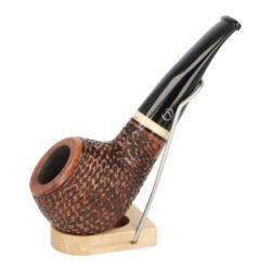 Dýmka Jirsa Rusty XIV, filtr 9mm-Dýmka Jirsa Rusty s filtrem 9 mm. Precizně zpracovaná brierová dýmka od známého výrobce dýmek Oldřicha Jirsy je kvalitně vyrobená z pečlivě vybraného briarového dřeva. Menší rovná dýmka je ve hnědém rustikálním provedení s jemnou kresbou. Právě díky jejímu hrubému designu jsou obecně známy jako dýmky rustik. Texturovaná hlava dýmky je pololesklá, černý akrylátový náustek lesklý. Atraktivní vzhled dýmky ještě více zvýrazňují ozdobné kroužky. Každá Jirsovka je zdobená na horní a spodní straně známým logem Jirsa, podle kterého jasně dýmku identifikujeme. Dýmky Jirsa jsou zabalené do látkového pytlíku a dodávány v originální dárkové krabičce Jirsa. Filtr a vyobrazený stojánek není součástí balení dýmky.  Filtr do dýmky: 9 mm Délka dýmky: 125 mm Výška hlavy: 42 mm Šířka hlavy: 43 mm Průměr tabákové komory: 21 mm Hloubka tabákové komory: 26 mm Hmotnost dýmky: 48 g Druh dýmky dle materiálu: dýmka briár