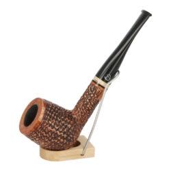 Dýmka Jirsa Rusty XV, filtr 9mm-Dýmka Jirsa Rusty s filtrem 9 mm. Precizně zpracovaná brierová dýmka od známého výrobce dýmek Oldřicha Jirsy je kvalitně vyrobená z pečlivě vybraného briarového dřeva. Rovná dýmka je ve hnědém rustikálním provedení s jemnou kresbou. Právě díky jejímu hrubému designu jsou obecně známy jako dýmky rustik. Texturovaná hlava dýmky je pololesklá, černý akrylátový náustek lesklý. Atraktivní vzhled dýmky ještě více zvýrazňují ozdobné kroužky. Každá Jirsovka je zdobená na boční a spodní straně známým logem Jirsa, podle kterého jasně dýmku identifikujeme. Dýmky Jirsa jsou zabalené do látkového pytlíku a dodávány v originální dárkové krabičce Jirsa. Filtr a vyobrazený stojánek není součástí balení dýmky.  Filtr do dýmky: 9 mm Délka dýmky: 155 mm Výška hlavy: 49 mm Šířka hlavy: 40 mm Průměr tabákové komory: 21 mm Hloubka tabákové komory: 38 mm Hmotnost dýmky: 41 g Druh dýmky dle materiálu: dýmka briár