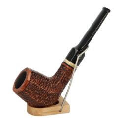 Dýmka Jirsa Rusty XVI, filtr 9mm-Dýmka Jirsa Rusty s filtrem 9 mm. Precizně zpracovaná brierová dýmka od známého výrobce dýmek Oldřicha Jirsy je kvalitně vyrobená z pečlivě vybraného briarového dřeva. Rovná dýmka je ve hnědém rustikálním provedení s jemnou kresbou. Právě díky jejímu hrubému designu jsou obecně známy jako dýmky rustik. Texturovaná hlava dýmky je pololesklá, černý akrylátový náustek lesklý. Atraktivní vzhled dýmky ještě více zvýrazňují ozdobné kroužky. Každá Jirsovka je zdobená na horní a spodní straně známým logem Jirsa, podle kterého jasně dýmku identifikujeme. Dýmky Jirsa jsou zabalené do látkového pytlíku a dodávány v originální dárkové krabičce Jirsa. Filtr a vyobrazený stojánek není součástí balení dýmky.  Filtr do dýmky: 9 mm Délka dýmky: 142 mm Výška hlavy: 50 mm Šířka hlavy: 38 mm Průměr tabákové komory: 21 mm Hloubka tabákové komory: 37 mm Hmotnost dýmky: 45 g Druh dýmky dle materiálu: dýmka briár
