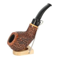 Dýmka Jirsa Rusty XVIII, filtr 9mm-Dýmka Jirsa Rusty s filtrem 9 mm. Precizně zpracovaná brierová dýmka od známého výrobce dýmek Oldřicha Jirsy je kvalitně vyrobená z pečlivě vybraného briarového dřeva. Prohnutá dýmka je ve hnědém rustikálním provedení s jemnou kresbou. Právě díky jejímu hrubému designu jsou obecně známy jako dýmky rustik. Texturovaná hlava dýmky je pololesklá, černý akrylátový náustek lesklý. Atraktivní vzhled dýmky ještě více zvýrazňují ozdobné kroužky. Každá Jirsovka je zdobená na boční a spodní straně známým logem Jirsa, podle kterého jasně dýmku identifikujeme. Dýmky Jirsa jsou zabalené do látkového pytlíku a dodávány v originální dárkové krabičce Jirsa. Filtr a vyobrazený stojánek není součástí balení dýmky.  Filtr do dýmky: 9 mm Délka dýmky: 135 mm Výška hlavy: 42 mm Šířka hlavy: 46 mm Průměr tabákové komory: 21 mm Hloubka tabákové komory: 27 mm Hmotnost dýmky: 63 g Druh dýmky dle materiálu: dýmka briár
