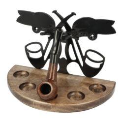 Stojánek na dýmky půlkulatý, 5ks, SPC, tobacco-Půlkulatý dřevěný stojánek na 5 dýmek s možností připevnění na zeď. Precizně zpracovaný stojánek na dýmky SPC je ve tmavě hnědém provedení s pololesklým povrchem a jemnou kresbou. Základna je vyrobená ze dřeva Hevea (Kaučukovník), opěrná část dýmek z kovu. Při umístění tohoto stojánku můžete vybírat ze dvou možností. Stojánek na pět dýmek může být postaven kamkoliv do prostoru nebo také připevněný na zdi. Montážní sada na zeď je součástí balení stojánku. Praktická pomůcka kuřáka dýmky a současně designový doplněk jeho interiéru. Zobrazená dýmka není součástí dodávky.   Rozměry (Š x H x V): Výška: 240 x 125 x 170 mm Počet dýmek: 5  Obsah montážní sady:  - klíč Torx T20 - 2x vrut 4x35 - 2x hmoždinka 6x30 - 2x vrut 3,5x16 (malý)  - stojan nesmí přijít do styku s vodními parami - nevystavujte stojan silnému slunečnímu a tepelnému záření - musí být v prostředí s max. teplotou 50°C