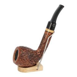 Dýmka Jirsa Rustik, filtr 9mm-Dýmka Jirsa Rustik z bruyerového dřeva s filtrem. Kvalitní a precizně vyrobená dýmka od známého výrobce Oldřicha Jirsy. Dýmka je v hnědém rustikálním provedení s černým lesklým náustkem. Dýmka je dodávána v originální dárkové krabičce zabalená do látkového pytlíku. Vyobrazený stojánek není součástí balení dýmky.  Filtr do dýmky: 9mm Délka dýmky: 150mm Výška hlavy: 52mm Šířka hlavy: 40mm Průměr tabákové komory: 21mm Hloubka tabákové komory: 42mm Hmotnost dýmky: 49g