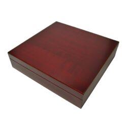 Humidor na doutníky cestovní Mahagon-Cestovní humidor na doutníky s kapacitou cca 20 doutníků. Dodáván se zvlhčovačem. Vnitřek humidoru je vyložený cedrovým dřevem. Rozměr: 23x22x6 cm.  Humidory jsou dodávány nezavlhčené, proto Vám nabízíme bezplatnou volitelnou službu Zavlhčení humidoru, kterou si vyberete v Souvisejícím zboží. Nový humidor je nutné před prvním uložením doutníků zavlhčit, upravit a ustálit jeho vlhkost na požadovanou hodnotu. Dobře zavlhčený humidor uchová Vaše doutníky ve skvělé kondici.  a target=_blank href=..\www\prilohy\Návod_k_použití_humidoru.pdfNávod k použití humidoru - PDF/a