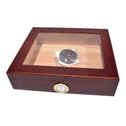 Humidor na doutníky Top 15D, stolní-Stolní humidor na doutníky s kapacitou cca 15 doutníků. Dodáván s vlhkoměrem a zvlhčovačem. Vnitřek humidoru je vyložený cedrovým dřevem. Rozměr: 26x22x7 cm.