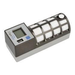 Zvlhčovač elektrický Cigar Spa, digitální, černý-Digitální zvlhčovač do humidoru s možností nastavení udržované vlhkosti v rozmezí 55-75%. Zvlhčovač je řízený mikroprocesorem, provoz je na baterii(4xAA). Doplnění vodou cca za 5-6 měsíců. Údaje jsou zobrazeny na displeji. Rozměr: 17x6x6,7cm, váha 330g.
