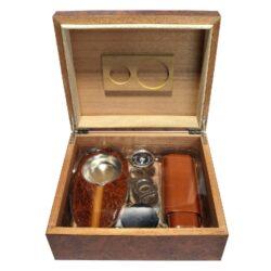 Doutníkový Humidor Set Angelo Brown-Doutníkový Humidor Set. Stolní humidor na doutníky s kapacitou cca 30 doutníků. Sada obsahuje: popelník, pouzdro na dva doutníky, vlhkoměr, zvlhčovač a ořezávač. Vnitřek humidoru je vyložený cedrovým dřevem. Rozměr: 26x22x11 cm.  Humidory jsou dodávány nezavlhčené, proto Vám nabízíme bezplatnou volitelnou službu Zavlhčení humidoru, kterou si vyberete v Souvisejícím zboží. Nový humidor je nutné před prvním uložením doutníků zavlhčit, upravit a ustálit jeho vlhkost na požadovanou hodnotu. Dobře zavlhčený humidor uchová Vaše doutníky ve skvělé kondici.  a target=_blank href=..\www\prilohy\Návod_k_použití_humidoru.pdfNávod k použití humidoru - PDF/a