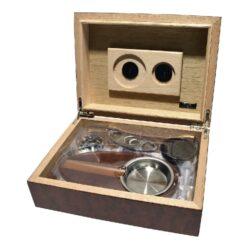 Doutníkový Humidor Set 20D, stolní-Doutníkový Humidor Set. Stolní humidor na doutníky s kapacitou cca 20 doutníků. Sada obsahuje: popelník, vlhkoměr, zvlhčovač a ořezávač. Vnitřek humidoru je vyložený cedrovým dřevem.  Rozměr: 26x18x8 cm.