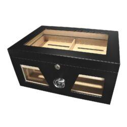 Humidor na doutníky Black 50D, stolní-Stolní humidor na doutníky prosklený s kapacitou cca 50 doutníků. Dodáván s vlhkoměrem a zvlhčovačem. Rozměr: 38x26x18 cm.