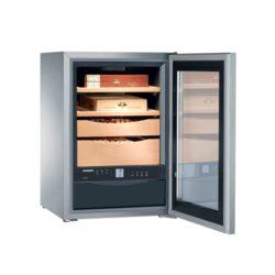 Humidor Liebherr ZKes 453-Luxusní humidor Liebherr ZKes 453 s kapacitou cca 100 a více doutníků (dle velikosti). Velmi kvalitní humidor známé značky Liebherr je dodáván s plně automatickým zvlhčovačem(rozsah vlhkosti 68-75%) a regulátorem teploty(rozsah teplot +16 až +20° C), 2 šuplíky a 2 úložnými plochami z cedrového dřeva, filtrem s aktivním uhlíkem, dětskou pojistkou, napájením 220V. Prosklená dvířka humidoru jsou z izolačního skla, které je tónováno. Humidor je možné též montovat na stěnu. Rozměr: 62x43x48 cm. Povrchová úprava: nerez.