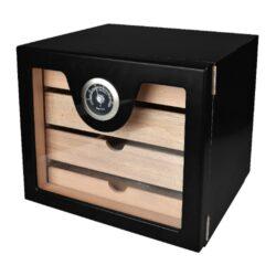 Humidor na doutníky Cabinett Black-Stolní humidor na doutníky s kapacitou cca 60 doutníků. Kvalitně zpracovaný cabinet humidor s černým pololesklým povrchem a prosklenými dvířky. Humidor je vybavený třemi šuplíky s přepážkami (vnitřní rozměry 20,5x17,5x3,3cm) s podélnými otvory ve dně a jedním nižším šuplíkem (vnitřní rozměry 20,5x17,5x1,5cm) s plným dnem. Součástí balení humidoru je výměnitelný vlhkoměr a polymerový zvlhčovač. Dvířka uchycená na panty se zavírají se na magnet. Vnitřek humidoru je vyložený cedrovým dřevem. Rozměr celého humidoru: 22,5x24,5x23cm.  Humidory jsou dodávány nezavlhčené, proto Vám nabízíme bezplatnou volitelnou službu Zavlhčení humidoru, kterou si vyberete v Souvisejícím zboží. Nový humidor je nutné před prvním uložením doutníků zavlhčit, upravit a ustálit jeho vlhkost na požadovanou hodnotu. Dobře zavlhčený humidor uchová Vaše doutníky ve skvělé kondici.  a target=_blank href=..\www\prilohy\Návod_k_použití_humidoru.pdfNávod k použití humidoru - PDF/a