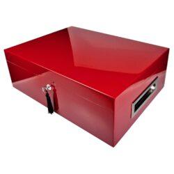 Humidor na doutníky Villa Spa červený 80D, stolní-Stolní humidor na doutníky Villa Spa s kapacitou cca 80 doutníků. Precizně zpracovaný humidor v bordovém odstínu a povrchem v atraktivním vysokém lesku je vybavený plně automatickým zvlhčovačem Cigar Spa. Uzamykatelný humidor vyložený cedrovým dřevem obsahuje 2x šuplík na doutníky a 4x přepážku, kterou je možné variabilně měnit prostor. Na stranách humidoru jsou umístěna kovová madla s efektním broušeným povrchem. Rozměr: 43x32x15 cm.  Humidory jsou dodávány nezavlhčené, proto Vám nabízíme bezplatnou volitelnou službu Zavlhčení humidoru, kterou si vyberete v Souvisejícím zboží. Nový humidor je nutné před prvním uložením doutníků zavlhčit, upravit a ustálit jeho vlhkost na požadovanou hodnotu. Dobře zavlhčený humidor uchová Vaše doutníky ve skvělé kondici.