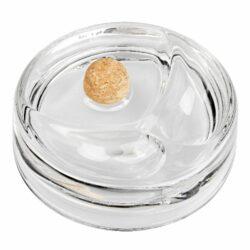 Dýmkový popelník skleněný kulatý, čirý-Masivní dýmkový popelník s odkladem na dvě dýmky. Transparentní skleněný popelník je vybavený korkovým trnem na vyklepání dýmky a prostorem pro odložení. Kulatý popelník na dýmku má rozměry 17x17x4,5cm. Dýmkový popelník je dodávaný v kartonové krabici.