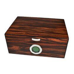 Humidor na doutníky Angelo 50D, stolní, světlý-Stolní humidor na doutníky s kapacitou cca 50 doutníků. Dodáván s digitálním vlhkoměrem a polymerovým zvlhčovačem. Vnitřek humidoru je vyložený cedrovým dřevem. Rozměr: 31x22x13 cm.