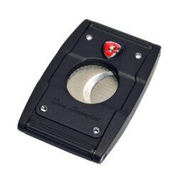 Doutníkový ořezávač Lamborghini Precisione, černo-černý-Elegantní dvoubřitý ořezávač na doutníky Tonino Lamborghini Precisione. Silné tělo ořezávače je precizně vyrobené z kvalitní nerezové oceli. Jednoduchým stisknutím tlačítka dolů, které současně slouží jako pojistka proti otevření, uvolníte čepele od sebe a ořezávač je připraven k použití. Dvojité velmi ostré gilotinové nože, jsou zárukou rychlého a čistého řezu doutníku. Doutníkový ořezávač je dodáván v kožené krabičce vyložené jemným sametem. Rozměry zavřeného ořezávače: 6,5x4cm.