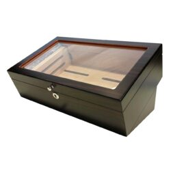 Humidor na doutníky 50D, stolní-Stolní humidor na doutníky s proskleným víkem a kapacitou cca 50 doutníků. Dodáván s vlhkoměrem a zvlhčovačem. Vnitřek humidoru je vyložený cedrovým dřevem. Rozměr: 35x23x16 cm.