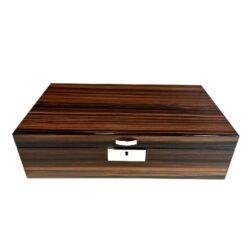 Humidor na doutníky Angelo 50D, stolní-Stolní humidor na doutníky s kapacitou cca 50 doutníků. Dodáván s vlhkoměrem a zvlhčovačem. Vnitřek humidoru je vyložený cedrovým dřevem. Rozměr: 42x23x12 cm.