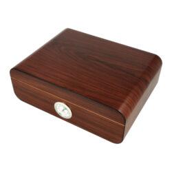 Humidor na doutníky Angelo 30D, stolní-Stolní humidor na doutníky s kapacitou cca 30 doutníků. Dodáván s vlhkoměrem a zvlhčovačem. Vnitřek humidoru je vyložený cedrovým dřevem. Rozměr: 28x21x9 cm.