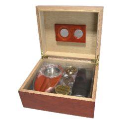 Doutníkový Humidor Set hnědý 35D, stolní-Doutníkový Humidor Set. Stolní humidor na doutníky s kapacitou cca 35 doutníků. Sada obsahuje: popelník, vlhkoměr, zvlhčovač, ořezávač a pouzdro na dva doutníky. Vnitřek humidoru je vyložený cedrovým dřevem. Rozměr: 26x22x12 cm.