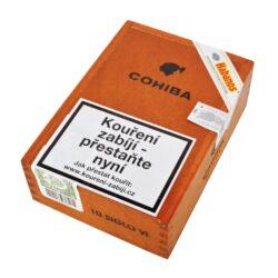 Doutníky Cohiba Siglo VI, 10ks-Kubánské doutníky Cohiba Siglo VI. Jeden z nejprodávanějších typů doutníků značky Cohiba, který se dostal na trh během roku 2003. Doutník Siglo VI voní typickou kubánskou vůní. Jeho výrazná nasládlá chuť po třtinovém cukru s lehkou příchutí vanilky je velmi příjemná. Dle hodnocení je Siglo VI jeden z nejlepších doutníků, který značka Cohiba nabízí. Doba hoření cca 80 min. Doutníky jsou balené po 10 ks v dřevěné krabici s logem Cohiba a prodávají se pouze po celém balení.  Délka: 150 mm Průměr: 20,6 mm Velikost prstýnku: 52 Tvar/velikost doutníku: Toro Typ doutníku dle skladování: doutník vlhký  Původ doutníku: Kuba Krycí list: Kuba Vázací list: Kuba Náplň: Kuba  Hodnocení doutníku Cohiba Siglo VI: 19. místo s 92 body ze 100 v odborném magazínu Cigar Aficionado v hodnocení Top 25 Cigars of 2018 19. místo s 93 body ze 100 v odborném magazínu Cigar Aficionado v hodnocení Top 25 Cigars of 2016
