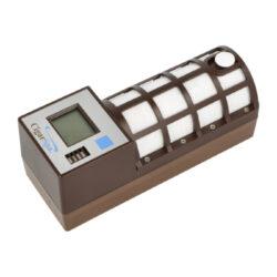 Zvlhčovač elektrický Cigar Spa, digitální, hnědý-Digitální zvlhčovač do humidoru s možností nastavení udržované vlhkosti v rozmezí 55-75%. Zvlhčovač je řízený mikroprocesorem, provoz je na baterii(4xAA). Doplnění vodou cca za 5-6 měsíců. Údaje jsou zobrazeny na displeji. Rozměry 17x6x6,7cm. Váha 330g.