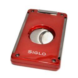 Doutníkový ořezávač Siglo, červený-Masivní oboustranný ořezávač na doutníky Siglo. Dvojité čepelky vyrobené z vysoce kvalitní nerezové oceli garantují dokonalý řez doutníku. Po stisknutí tlačítka nahoře se břity rozjedou od sebe a ořezávač je připravený k použití. Řezací otvor má průměr 21 mm. Ideální pomocník kuřáka doutníků pro každodenní používání. Doutníkový ořezávač je dodáván v dárkové krabičce s logem. Rozměry složeného ořezávače: 6,8x4,1cm.
