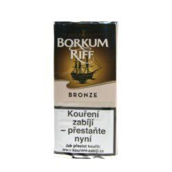 Dýmkový tabák Borkum Riff Bronze 40g-Dýmkový tabák Borkum Riff Bronze. Středně silná a aromatizovaná směs tabáků Virginia a Burley je příjemně obohacena o aroma skvělé osmileté Kentucky Bourbon Whiskey. Právě toto aroma, dává této dýmkové směsi jedinečnou chuť. Balení pouch 40g.