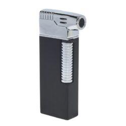 Dýmkový zapalovač Hadson Kansas Pipe, černý-Dýmkový zapalovač Hadson s kamínkovým zapalováním. Kvalitně zpracovaný zapalovač pro kuřáky dýmky je vybavený bočním plamenem a praktickým integrovaným dýmkovým příslušenstvím, které každý kuřák dýmky každodenně potřebuje. Na spodní straně zapalovače najdeme plnící ventil a ovládání intenzity plamene. Zapalovač je dodáván v dárkové krabičce. Výška 7,7 cm.