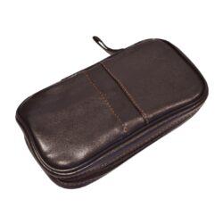 Pouzdro na 2 dýmky Etue Angelo, tmavě hnědé, koženka-Pouzdro (Etue) na 2 dýmky se zipem a vnitřní kapsou na kuřácké potřeby. Pouzdro na dýmku je koženkové.